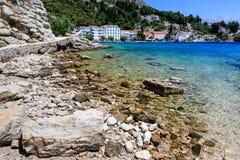 Schöner Strand und transparentes adriatisches Meer Stockfotografie