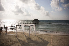 Schöner Strandgazebo und -himmel Stockbilder