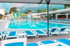 Schöner Strandhotelerholungsort mit Swimmingpool, Sonnenruhesessel während eines warmen sonnigen Tages Lizenzfreie Stockfotos