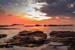 Schöner Strandsonnenuntergang Stockfotos