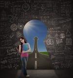 Schöner Student, der in der Klasse mit Straße zum Erfolg steht Lizenzfreie Stockfotos