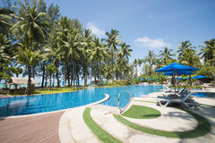 Schöner Swimmingpool, der das Meer übersieht Lizenzfreies Stockbild