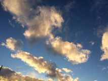 Schöner szenischer Himmel während eines Sonnenuntergangs Stockbilder