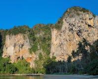 Schöner szenischer Kalkstein bei Phi Phi in Krabi, Thailand stockbild