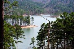 Schöner szenischer Seeblick vom Gebirgspfad auf See Ouachita Arkansas lizenzfreies stockbild