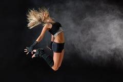 Schöner Tänzerübungssprung in der Studiopraxis Lizenzfreie Stockfotos