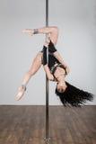 Schöner Tänzer, der akrobatische Tricks tut Stockfotos