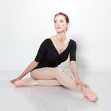 Schöner Tänzer, der auf einem Studio aufwirft stockbild