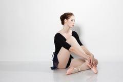 Schöner Tänzer, der auf einem Studio aufwirft lizenzfreie stockfotografie