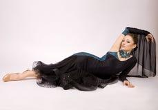 Schöner Tänzer im Kleid Stockfotos