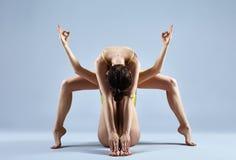 Schöner Tänzer zwei, der auf grauem Hintergrund aufwirft Lizenzfreie Stockfotografie