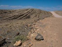 Schöner Tag auf Abenteuerautoreise durch Wüstenfelsengebirgsbeschaffenheits-Landschaftsweg zur Leere mit blauer Himmel copyspace Stockfotos
