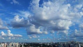 Schöner Tag der Sonne und der Wolken Stockbild