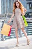 Schöner Tag für ein shopaholic Junges Mädchen, das Einkaufstaschen hält und Stockbilder