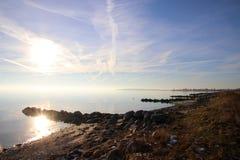 Schöner Tag am kalten Strand im Februar Stockfotos