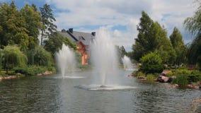 Schöner Teich mit Brunnen vor luxuriöser Villa stock footage