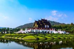 Schöner Tempel Lanna oder thailändische Art mit See auf bule Himmel. Lizenzfreie Stockfotografie