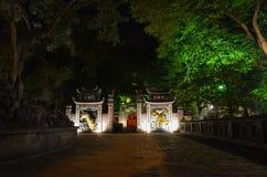 Schöner Tempel in Vietnam nachts lizenzfreie stockbilder