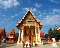 Schöner thailändischer Tempel im ruhigen Umgeben stockfoto
