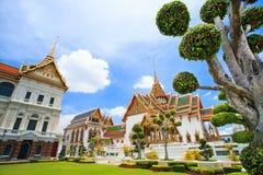 Schöner thailändischer Tempel nahe großartigem Palast Stockfoto