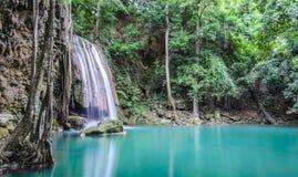 Schöner tiefer Waldwasserfall Lizenzfreies Stockfoto