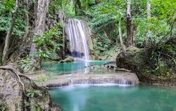 Schöner tiefer Waldwasserfall Lizenzfreie Stockbilder