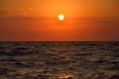 Schöner tiefroter Sonnenuntergang über dem Meer Lizenzfreies Stockfoto