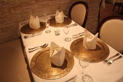 Schöner Tischschmuck des netten Innenrestaurants Lizenzfreie Stockfotos