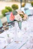 Schöner Tischschmuck für ein Gartenfest/eine Hochzeit Lizenzfreie Stockfotografie