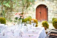 Schöner Tischschmuck für ein Gartenfest/eine Hochzeit Lizenzfreie Stockfotos