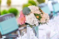 Schöner Tischschmuck für ein Gartenfest/eine Hochzeit Lizenzfreies Stockfoto