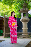 Schöner tragender Japaner der jungen Frau Stockfoto