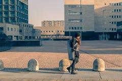 Schöner tragender Saxophonkasten der jungen Frau Stockfoto