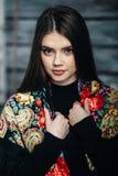 Schöner tragender Schal der jungen Frau Lizenzfreies Stockfoto