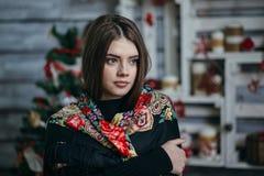 Schöner tragender Schal der jungen Frau Stockbild
