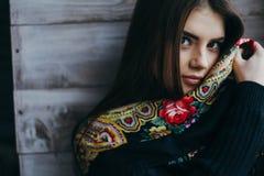 Schöner tragender Schal der jungen Frau Lizenzfreies Stockbild