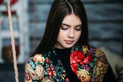Schöner tragender Schal der jungen Frau Lizenzfreie Stockbilder