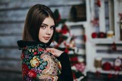 Schöner tragender Schal der jungen Frau Stockfoto