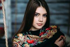 Schöner tragender Schal der jungen Frau Stockfotos