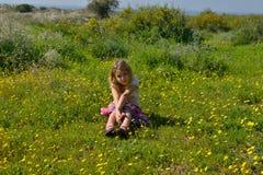Schöner tragender Wreath Blume des jungen Mädchens lizenzfreie stockfotografie