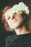 Schöner tragender Wreath Blume des jungen Mädchens lizenzfreie stockbilder