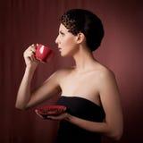 Schöner trinkender Kaffee der jungen Frau Stockbild