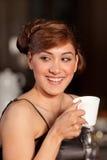 Schöner trinkender Kaffee der jungen Frau am Stab lizenzfreie stockfotos