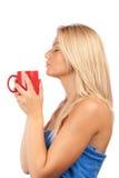 Schöner trinkender Kaffee oder Tee der jungen Frau Stockfotos