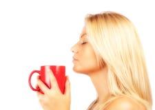 Schöner trinkender Kaffee oder Tee der jungen Frau Stockbild