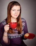 Schöner trinkender Kaffee oder Tee der jungen Frau lizenzfreies stockbild