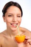 Schöner trinkender Saft der jungen Frau von der Orange Stockbilder