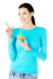Schöner trinkender Saft der jungen Frau von der Orange. Lizenzfreie Stockbilder