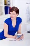Schöner trinkender Tee der jungen Frau zu Hause lizenzfreies stockbild