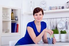 Schöner trinkender Tee der jungen Frau zu Hause stockbild